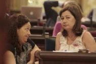 Catalina Cladera y Francina Armengol, durante un pleno en el Parlament.