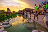 Si hablamos de <strong>piscinas infinitas</strong> en Madrid, hay que mencionar la de este resort urbano de lujo en pleno centro de la ciudad, que cuenta también con restaurante, zona comercial, teatro y gimnasio. Con vistas a la Gran Vía y ubicada en la azotea del edificio que albergaba los míticos cines Luna, la Terraza Gymage, es un estiloso oasis urbano, con<strong> aires futuristas,</strong> perfecto para refrescar los calurosos días del verano madrileño con un cóctel, un delicioso batido o un café granizado. Porque, a remojo y en las alturas se vive mejor.