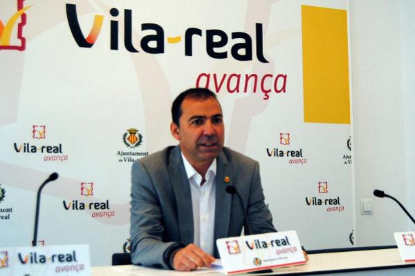 El concejal de Economía, Xus Madrigal, anunciando la decisión del equipo de gobierno.