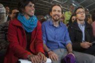 Teresa Rodríguez e Íñigo Errejón rodean a Pablo Iglesias en un acto de Podemos celebrado en 2015.