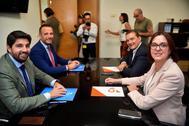 El candidato a la investidura Fernando López Miras (izq.), junto a un diputado del PP y los negociadores de Cs.