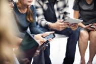 Un grupo de personas, con sus dispositivos móviles.