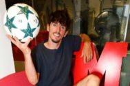 Javi Poves, con un balón redondo.