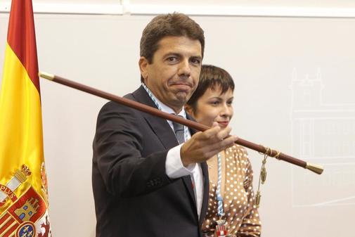 Carlos Mazón con la vara de mando de la provincia.