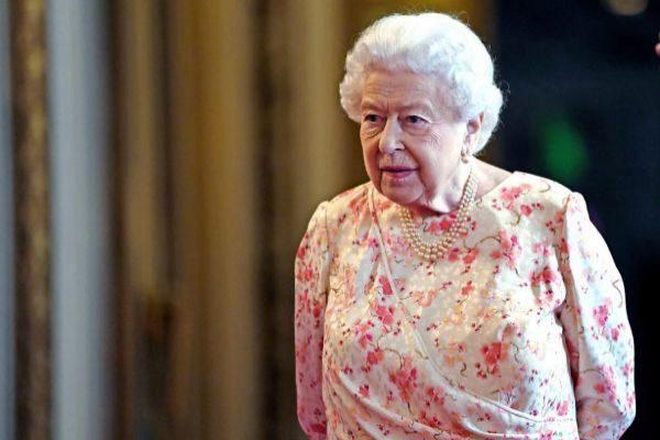La Reina Isabel II acude a una exposición, en Londres.