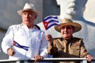 El presidente cubano, Miguel Diaz-Canel, y el ex mandatario y líder del Partido Comunista de Cuba, Raúl Castro.
