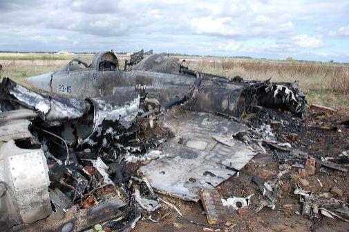 Restos del avión F-5 en Talavera la Real, tras el accidente en 2012.