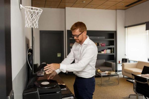 Sergio Oslé, presidente de Movistar+. coloca un vinilo en su despacho en las instalaciones que la plataforma de Telefónica tiene en Tres Cantos (Madrid).