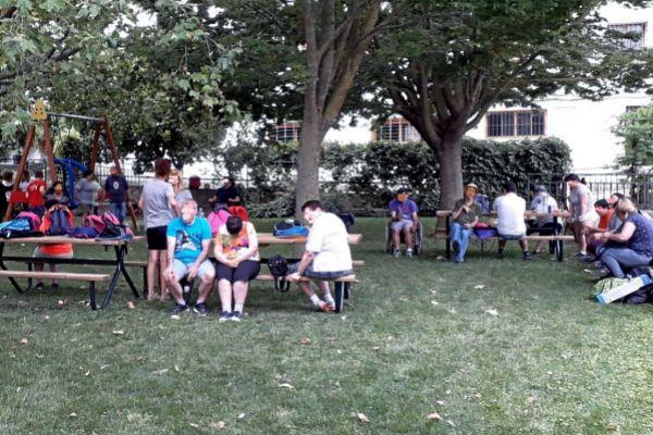 Varios usuarios de un centro de diversidad intelectual integrado en el IVASS en una jornada de ocio al aire libre.