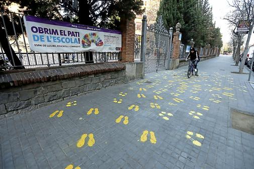 La escuela Ramon Llull de Barcelona, con lazos y pintadas amarillas.