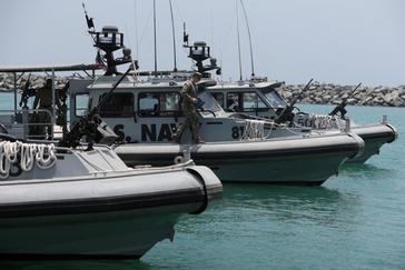 Miembros de la Marina de EEUU escoltan a periodistas en Emiratos Árabes Unidos.