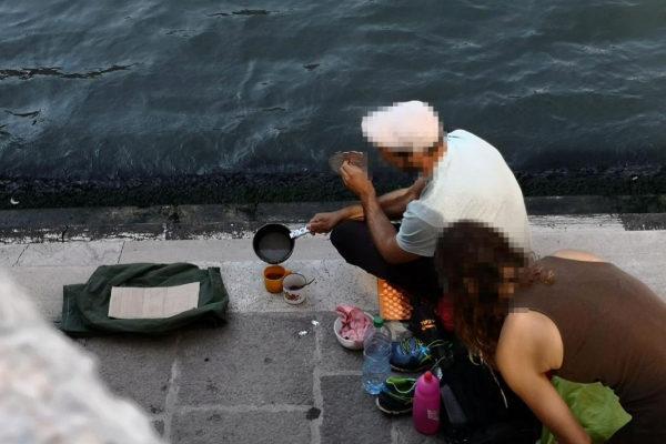 Los dos turistas alemanes preparándose un café en el puente de Rialto.