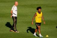 AME7373. MONTREAL (CANADÁ), 17/07/2019.- El defensa del Real Madrid, Marcelo Vieira da Silva (d), camina junto a su entrenador, Zinedine <HIT>Zidane</HIT> (i), durante un entrenamiento este miércoles en el estadio Saputo, en Montreal (Canadá). El Real Madrid español concluyó la séptima jornada de entrenamientos de la pretemporada que realiza en Montreal, arropado por miles de aficionados que acudieron a contemplar la sesión dirigida por el técnico francés, Zinedine <HIT>Zidane</HIT>, en el estadio Saputo.