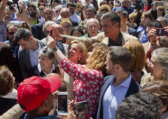 El presidente en funciones Pedro Sánchez se hace una foto con seguidoras en San Sebastián.