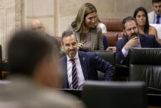 El consejero de Hacienda andaluz, Juan Bravo, este jueves en su escaño del Parlamento.