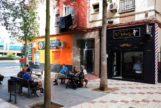 Vista del portal del edificio en el que una mujer de 45 años de nacionalidad española ha sido detenida por la Policía Nacional en Málaga.