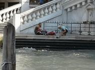 Imagen de la pareja mientras prepara café a los pies del puente Rialto, en Venezia