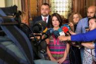 Adriana Lastra atiende a los medios en la toma de posesión de Adrián Barbón como presidente de Asturias