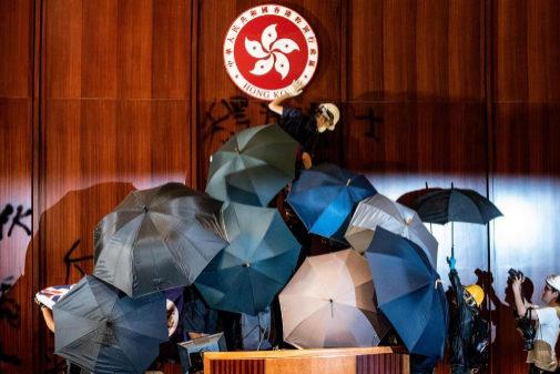 Manifestantes asaltan la sede del gobierno en Hong Kong, el pasado 1 de julio, con motivo del aniversario de la entrega de la ciudad de Gran Bretaña a China.