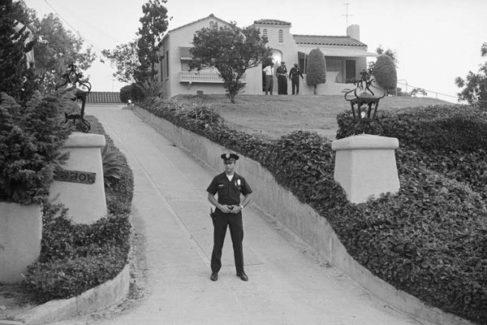 Un agente impide el paso a la casa donde fue asesinado el matrimonio La Bianca.