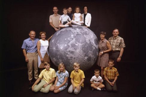 Los astronautas, con sus familias, en 1969. Arriba, Michael Collins, sus hijos Mike, Kate y Ann y su mujer Pat. Izq. Buzz Aldrin con su mujer Joan y sus hijos Mike, Janice y Andy. Dcha: Armstrong con su mujer Jan y sus hijos Ricky y Mark.