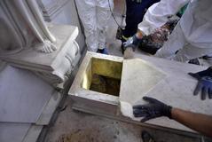 Un operario abre una tumba en el cementario alemán en la Ciudad del Vaticano. E