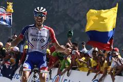 Thibaut Pinot celebra su victoria en el Tourmalet.