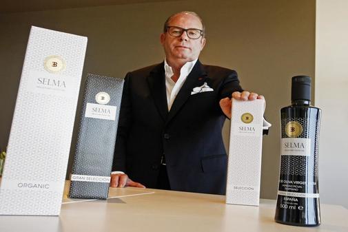 Joaquín Selma con cuatro de sus productos.
