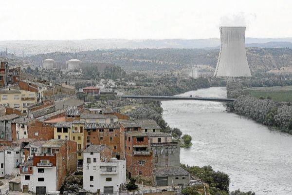 Vista panorámica del municipio de Ascó, con la central nuclear al fondo