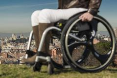 Una persona con discapacidad frente a la ciudad de Madrid.