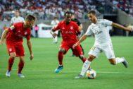 AME8586. HOUSTON (ESTADOS UNIDOS), 20/07/2019.- Eden Hazar (d) del <HIT>Real</HIT> <HIT>Madrid</HIT> controla el balón ante los jugadores del Bayern Munich Renato Sanches (c) y Joshua Kimmich (i) durante su partido amistoso del torneo veraniego International Champions Cup este sábado, en el estadio NRG de Houston, Texas (EE.UU.).