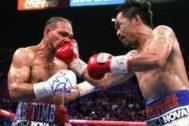 Pacquiao golpea a Thurman, este sábado.