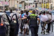 Policías persiguen a manteros en Madrid, en una imagen de archivo