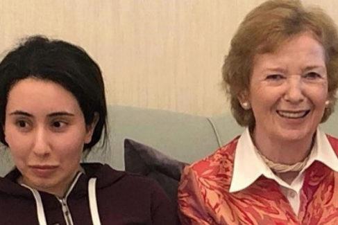 La princesa Latifa junto a Mary Robinson charlando.