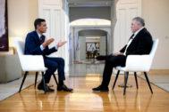 El presidente del Gobierno en funciones, frente al periodista en La Moncloa.