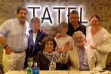 Plácido Domingo, rodeado de su familia, en un restaurante la semana pasada. Junto a él, su mujer, Marta Ornelas, sus hijos Álvaro (izq) y Plácido (con camisa negra), sus nietos y su nuera Renée. IG