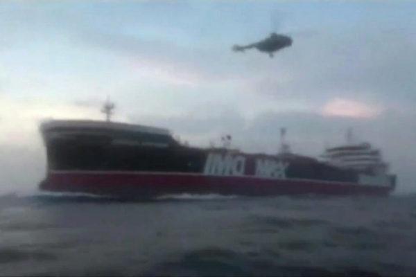 Un helicóptero iraní aborta el buque británico Stena Impero, en el estrecho de Ormuz (Irán), el 19 de julio de 2019