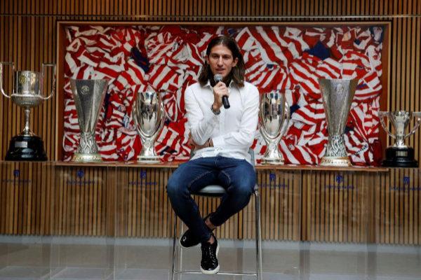 """GRAF7359. MADRID.- El jugador brasileño <HIT>Filipe</HIT>…"""" width=""""587″ height=""""390″/><figcaption>Filipe Luis posa junto a los títulos ganados con el Atlético.EFE<br><br><br><br> Filipe Luis se despidió del Atlético de Madrid con 333 partidos en ocho cursos en el """"club de su corazón"""", en el que ha vivido """"los mejores años"""" de su vida, una """"aventura increíble"""" con siete títulos, y al que volverá en el futuro, según anunció en su adiós. Finalizado su contrato el pasado 30 de junio, no seguirá en el Atlético.Su futuro está en el Flamengo, aunque él no desveló su destino en el acto en el estadio Wanda Metropolitano, arropado por su familia, el cuerpo técnico, compañeros, directivos, empleados y cada una de las copas que ganó.<br> <br> <br> """"Nos quedaba hablar. Me tomé las cosas con mucha calma. Siempre me puse a disposición del club para lo que necesitara. El club hizo unos fichajes maravillosos. El fútbol es muy exigente y los clubes tienen que renovarse cada año y hacer una plantilla competitiva cada año. Nos quedaba sentarnos, hablar, darnos un abrazo, repasar estos ocho años y hemos decidido que lo mejor era separar nuestros caminos en lo futbolístico para que yo pueda elegir donde jugar"""", valoró.<br> <br> <br> """"Para mí, esto se llama un acto de despedida, pero no me gustaría llamarlo así. Me gustaría llamarlo acto de agradecimiento por todo lo que he vivido aquí"""", expresó el futbolista, arropado por su mujer y sus tres hijos, el entrenador Diego Simeone, Germán Burgos, Óscar 'Profe' Ortega, sus compañeros Koke Resurrección, Álvaro Morata, Stefan Savic, Jan Oblak y Saul Ñíguez, el presidente, Enrique Cerezo; el consejero delegado, Miguel Ángel Gil Marín… <br> <br>También tuvo palabras de agradecimiento para Cerezo, para """"todos los entrenadores"""" con los que coincidió. A<strong>Quique</strong>Sánchez Flores, a Gregorio<strong>Manzano</strong>""""y a ti Cholo (Simeone)"""". """"Fueron años intensos, muchas batallas ahí juntos, charlas en entrenamientos y en partidos y todo al f"""