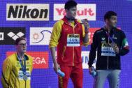 Mack Horton (izda) observa en el podio a Sun Yang.