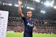 SINGAPORE, SINGAPORE - JULY 21: Man of the Match <HIT>Harry</HIT> <HIT>Kane</HIT> of Tottenham Hotspur applauds fans after the International Champions Cup match between Juventus and Tottenham Hotspur at the Singapore National Stadium on July 21, 2019 in Singapore. (Photo by Thananuwat Srirasant/Getty Images)