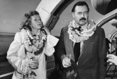 El escritor y la periodista tomando un daiquiri en la cubierta de un barco, en 1941.