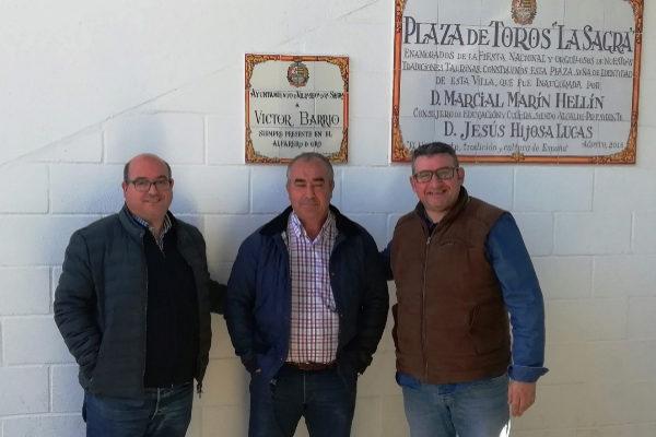 Álvaro Pérez (miembro de la Junta Directiva de la Fundación Víctor Barrio), Jesús Hijosa (alcalde de Villaseca de la Sagra) y Sergio Miguel (miembro de la Junta Directiva de la FVB).