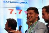 El presidente ucraniano Volodimir Zelensky sigue el recuento de votos.