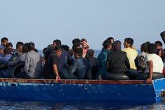 Barcaza con inmigrantes a bordo interceptada en el Mediterráneo el 8 de julio.