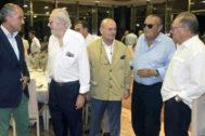 Carlos Fabra y Carlos Murria, entre otros, junto a Francisco Camps en la cena.