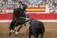 Quiebro de Diego Ventura con 'Sueño' al tercer toro de Los Espartales, este domingo en Santander.