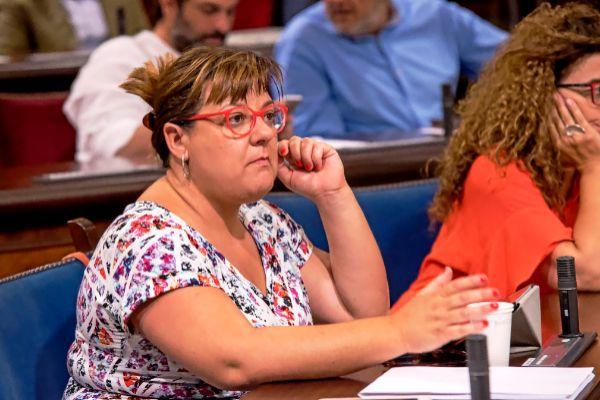 La responsable de Cultura del Consell Bel Busquets durante la sesión de investidura de esta legislatura.