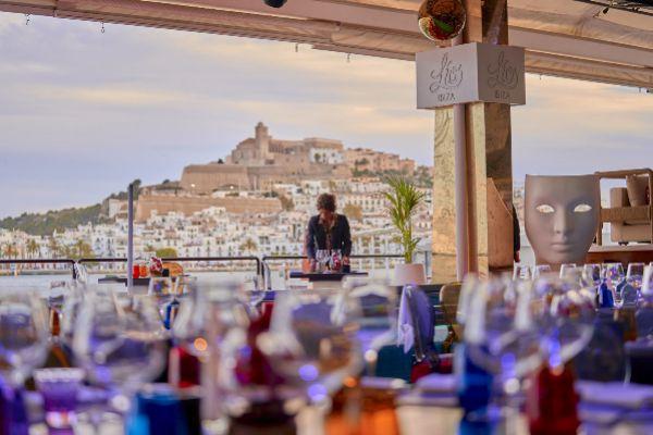 Comedor de Lío Ibiza, con el Dalt Vila al fondo.