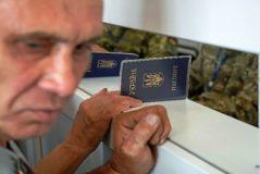 Un hombre espera en el control de pasaportes, en Mayorsk.
