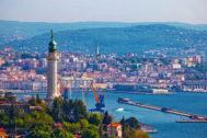 El faro de la Victoria despunta en la silueta de Trieste.